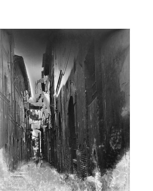 02 Pino Pascali / Vicolo di Napoli, 1965 stampa fotografica ai sali d'argento su carta / gelatin silver print on paper 30x24 cm / Courtesy Fondazione Pino Pascali